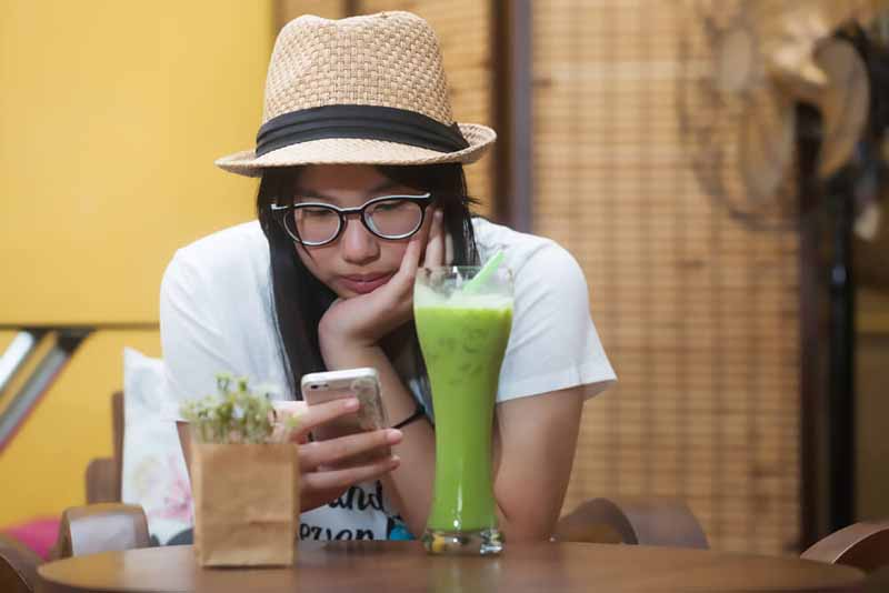 girl-coffee-shop-phone