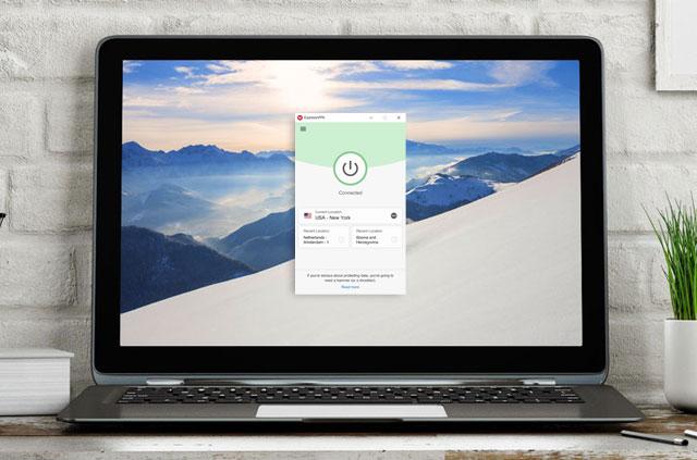 用于Windows的ExpressVPN应用程序的笔记本电脑在屏幕上打开。